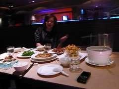 滿桌的菜才三個人要吃 最後都吃不完啊