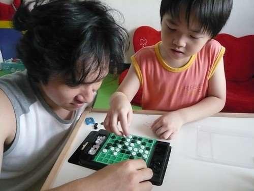 爸爸陪他下圍棋