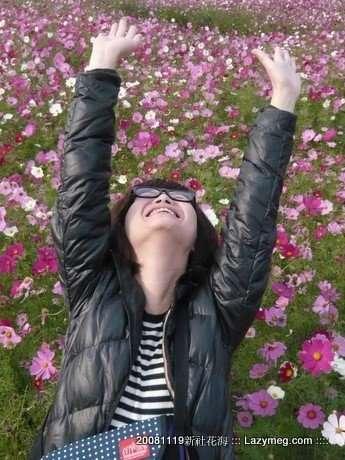 我要假裝躺在花裡面