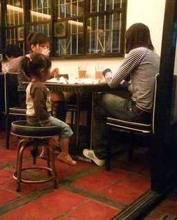 澄去跟別人並桌